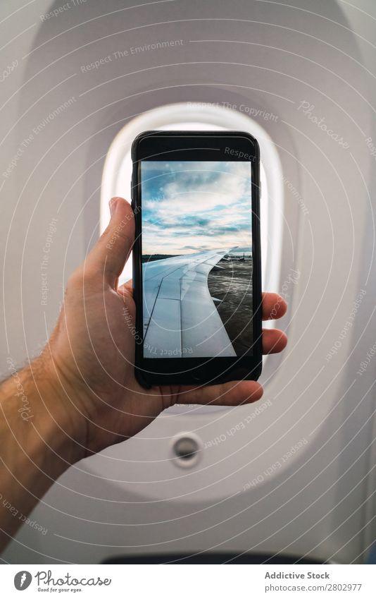 Getreidehand mit Flughafenfoto im Flugzeug Mann PDA Fotografie zeigen Etage Ferien & Urlaub & Reisen Passagier Jugendliche Technik & Technologie Apparatur