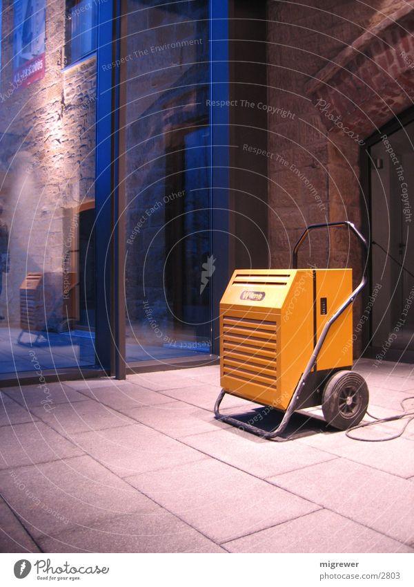 Stand alone Mauer orange Glas Kabel Handwerk Blech Warnleuchte Wäschetrockner Steinboden