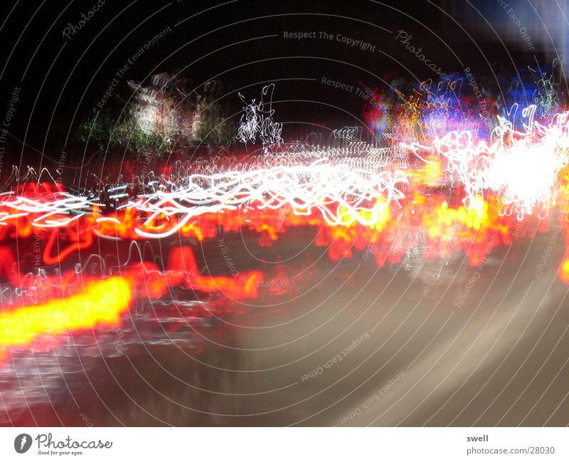 Nachts auf der Autobahn fahren Langzeitbelichtung Licht Lampe Verkehr PKW Farbe Straße