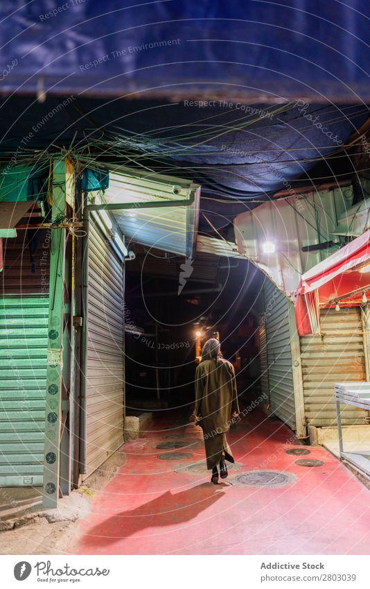 Attraktive, stylische Dame, die nachts auf der Straße spazieren geht. Frau Stil trendy Schickimicki Tel Aviv Israel alt Nacht laufen Abend attraktiv Jugendliche
