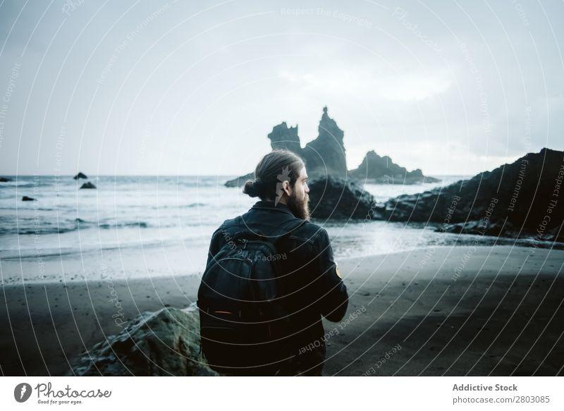 Bartfotograf am Meer stehend Mann Ferien & Urlaub & Reisen Küste Natur Wegsehen Wellen Unwetter
