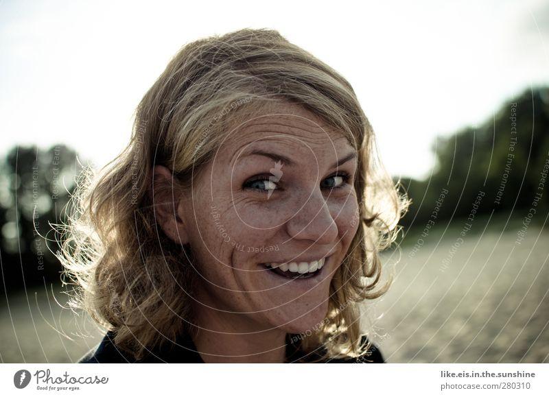 wirklich jetzt!? Mensch Frau Jugendliche schön Strand Erwachsene feminin Junge Frau Glück 18-30 Jahre blond Zufriedenheit Lächeln Zähne Locken Überraschung