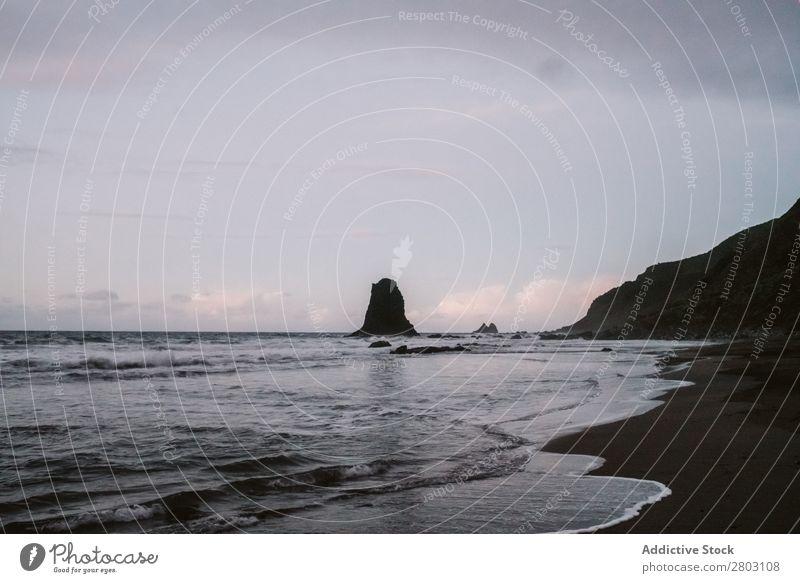 Einsame Klippe im Meer bei bewölktem Himmel Wolken Aussicht playa norte Spanien Landschaft Natur Ferien & Urlaub & Reisen Wasser Felsen Ausflug Menschenleer
