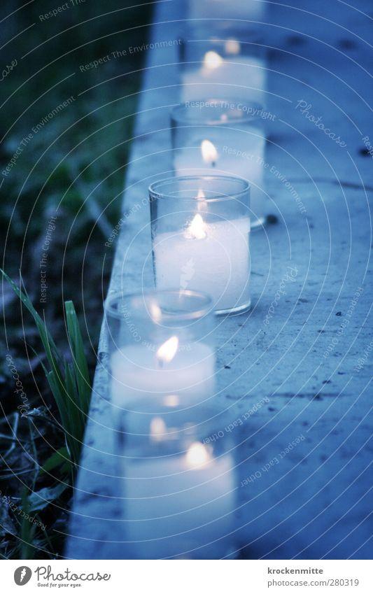 lichtvoll Gras Kerze Beton leuchten blau Stimmung Einigkeit Trauer Hoffnung Romantik brennen Kerzendocht Lichterkette Lichtspiel Lichterscheinung Lichtschein