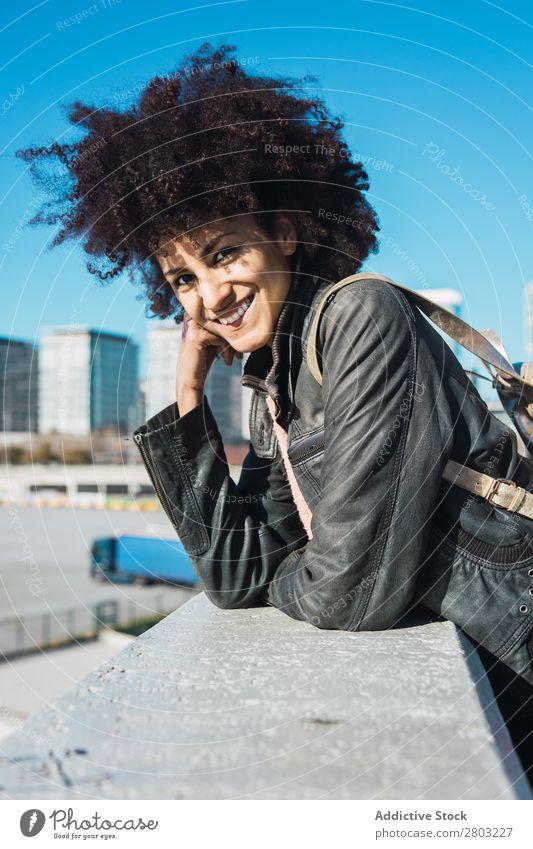 Porträt einer schwarzen Frau mit Afro-Haaren Erwachsene Afrikanisch Afro-Look Amerikaner Hintergrundbild schön Beautyfotografie lässig heiter lockig niedlich