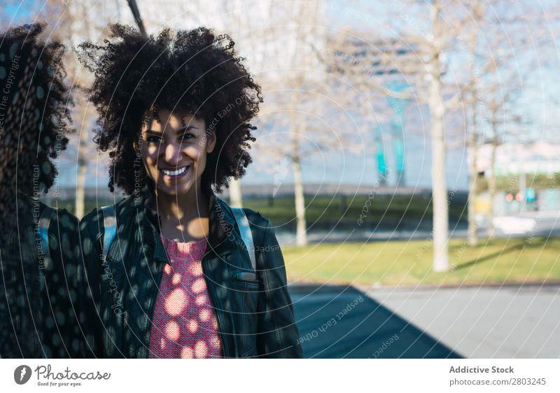 Porträt einer schwarzen Frau mit Afrohaar. Erwachsene Afrikanisch Afro-Look Amerikaner Hintergrundbild schön Beautyfotografie lässig heiter lockig niedlich