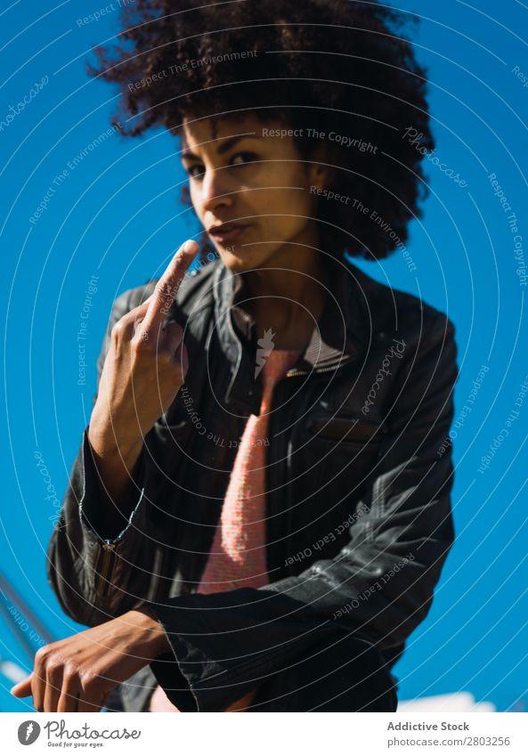 Frau mit Afro-Haaren, die Beleidigungen macht. Erwachsene Aggression angriffslustig Wut Einstellung schlecht Entwurf Ausdruck Finger gestikulieren Mädchen Hand