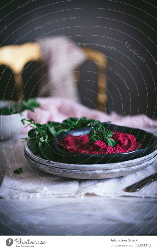 Hummus auf Teller oben Vorspeise Schürze arabisch Hintergrundbild Rote Beete Kichererbsen Essen zubereiten lecker Diät Dip eintauchend Östlich Lebensmittel