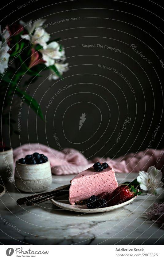 Erdbeerkuchen auf dem Tisch dekorierend Kuchen Himbeeren Blaubeeren Mousse Moussekuchen Erdbeeren Frucht Blume Dessert Lebensmittel süß geschmackvoll gebastelt