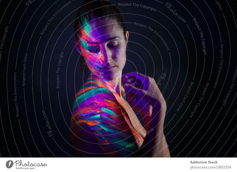 Topless-Modell im Neonlicht ultraviolett Figur purpur genießen Pose dunkel Licht Frau schön fluoreszierend Kunst mehrfarbig hell Kreativität gefärbt Körper