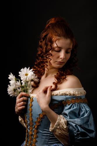 Schöne Frau in mittelalterlicher Kleidung Barock Halt Blume Margeriten Karneval Renaissance Prinzessin Königlich Maskerade Phantasie Bekleidung Aristokratie