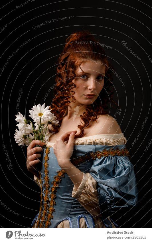Schöne Frau in mittelalterlicher Kleidung rothaarig Barock Halt Blume Margeriten Karneval Renaissance Prinzessin Königlich Maskerade Phantasie Bekleidung