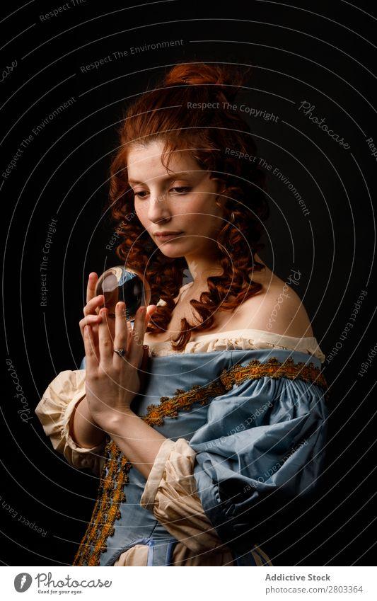Barocke Frau mit Glaskugel rothaarig Korkenzieher Zauberei u. Magie Ball Kleid mittelalterlich Karneval Renaissance Prinzessin Königlich Maskerade Wahrsagerei