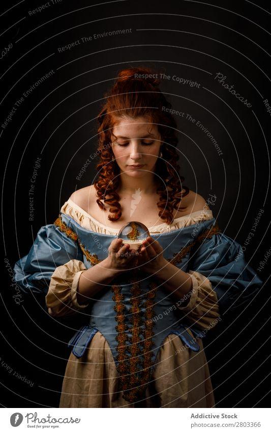Barocke Frau mit Glaskugel rothaarig Korkenzieher Halt Zauberei u. Magie Ball Kleid mittelalterlich Karneval Renaissance Prinzessin Königlich Maskerade