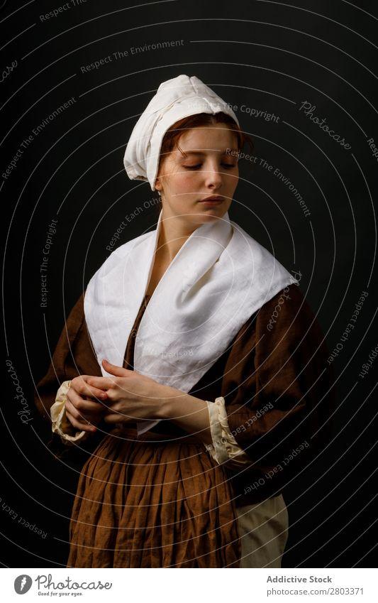 Mittelalterliches Dienstmädchen mit geschlossenen Augen mittelalterlich Frau geschlossene Augen Bekleidung historisch Kleid Kostüm Jungfer Motorhaube