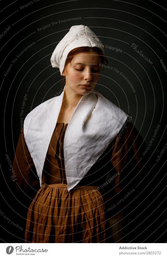 Mittelalterliches Dienstmädchen posiert im Atelier Frau Bekleidung Kleid Kostüm Motorhaube Renaissance altehrwürdig retro