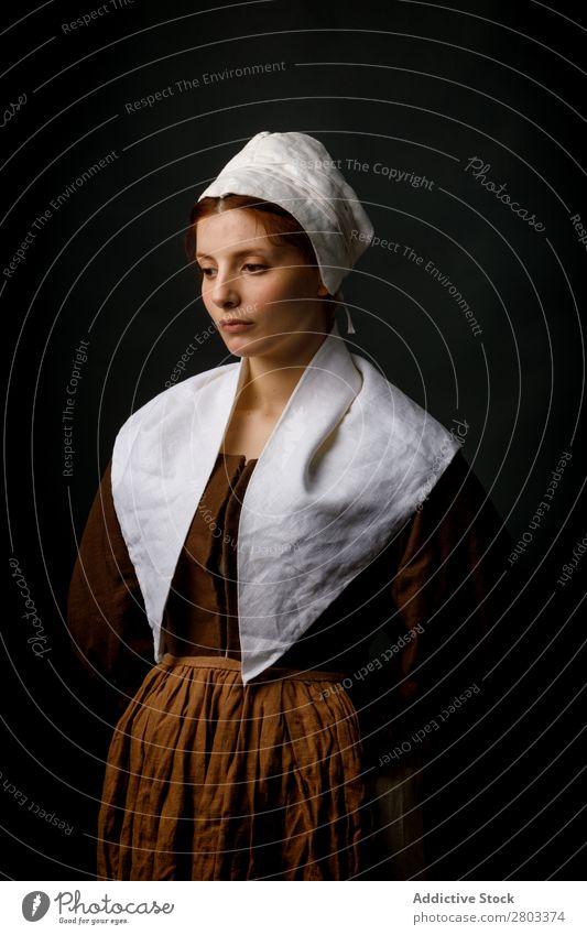Mittelalterliches Dienstmädchen posiert im Atelier mittelalterlich Frau Bekleidung historisch Kleid Kostüm Jungfer Motorhaube Renaissance altehrwürdig retro