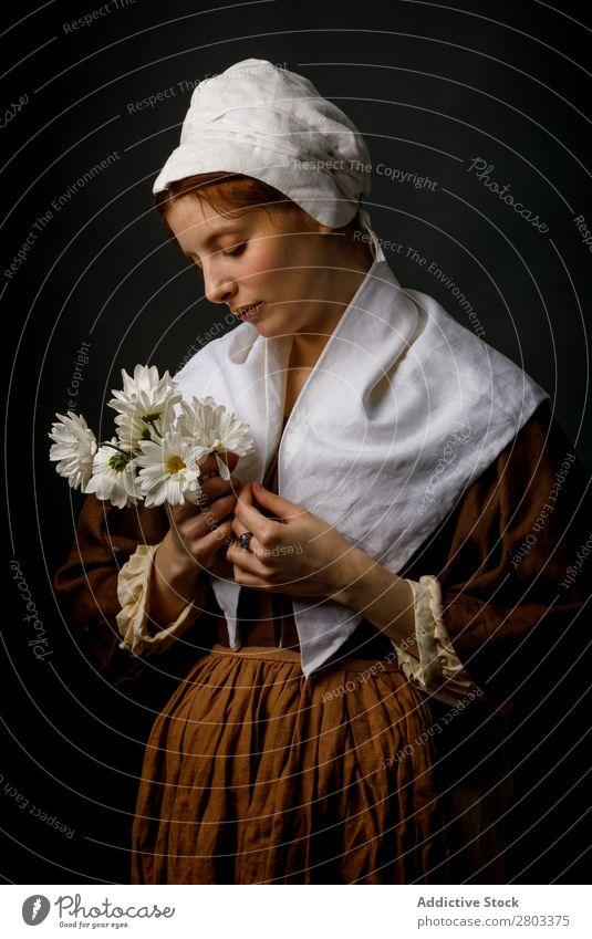 Mittelalterliches Dienstmädchen mit Blumen rothaarig Frau Halt Bekleidung Kleid Kostüm Motorhaube