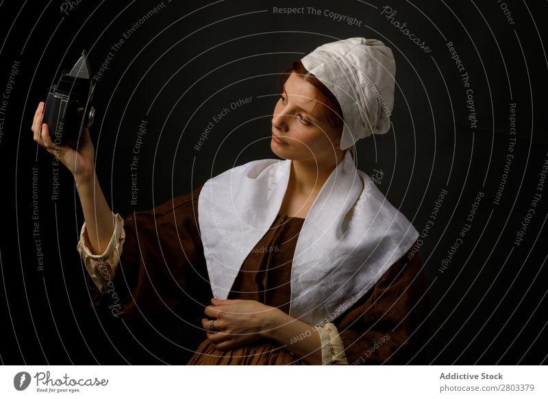 Mittelalterliches Dienstmädchen nimmt Selbstgefälligkeit ein mittelalterlich Fotoapparat Selfie Entwurf Frau Bekleidung historisch Kleid Kostüm Jungfer