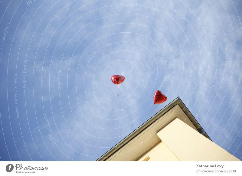 Love is in the air Himmel Wolken Schönes Wetter Stadt Haus Mauer Wand Fassade Dach Dachrinne blau gelb rot Luftballon Herz fliegen Herzluftballon Gasluftballon