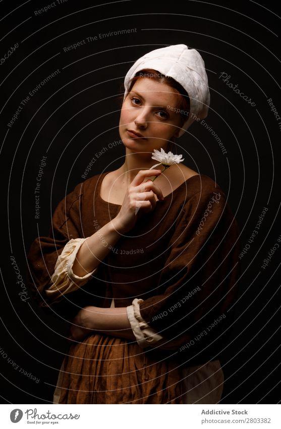 Mittelalterliches Dienstmädchen mit Blume Frau Bekleidung Kleid Kostüm Motorhaube Renaissance altehrwürdig