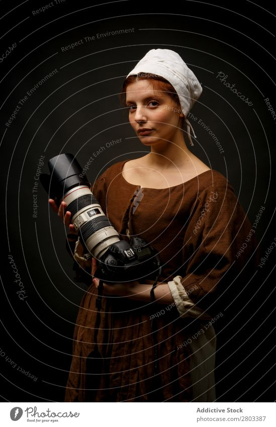 Mittelalterliche Frau mit Fotokamera rothaarig Barock Entwurf Kleid Karneval Renaissance Prinzessin