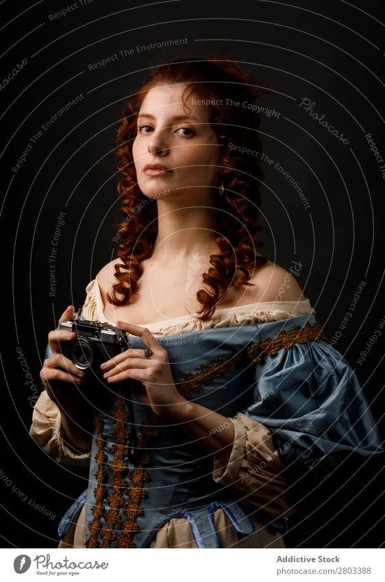 Mittelalterliche Frau mit Fotokamera Barock Entwurf Kleid Karneval Renaissance Prinzessin Königlich