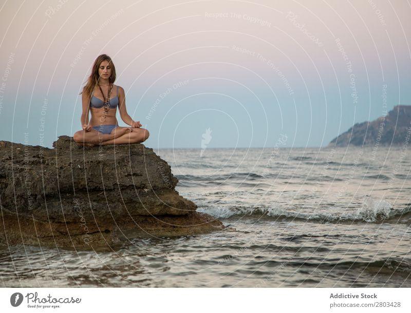 Verträumte Frau auf Felsen am Meer Strand ruhen Sommer Stein sitzen Jugendliche Ferien & Urlaub & Reisen Erholung Lifestyle Wasser schön Freizeit & Hobby Bikini