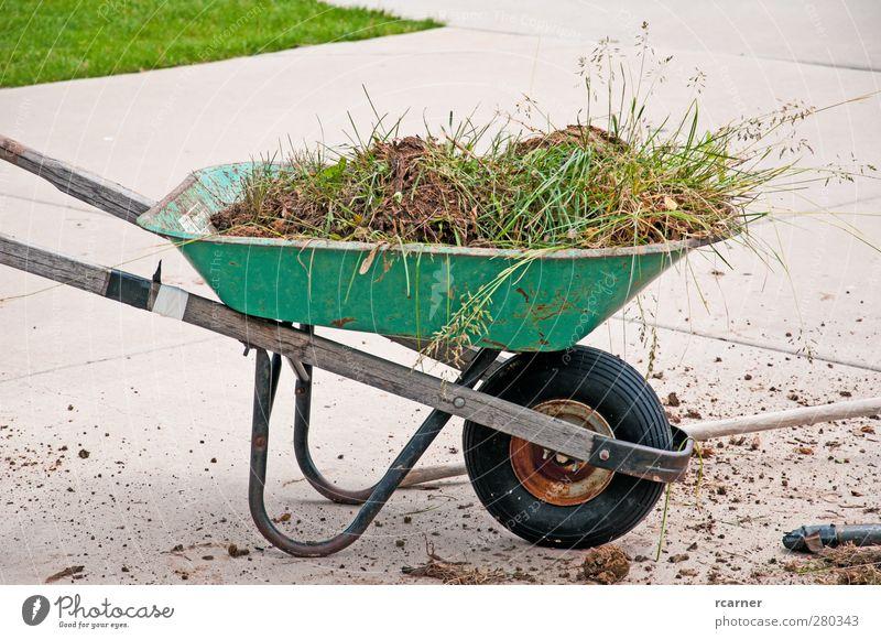 Alte Schubkarre läuft noch Sommer Garten Arbeit & Erwerbstätigkeit Erde Gras alt Rasen Hof Gartenarbeit repariert gebrochen Fahrweg Frühling schaufeln Farbfoto