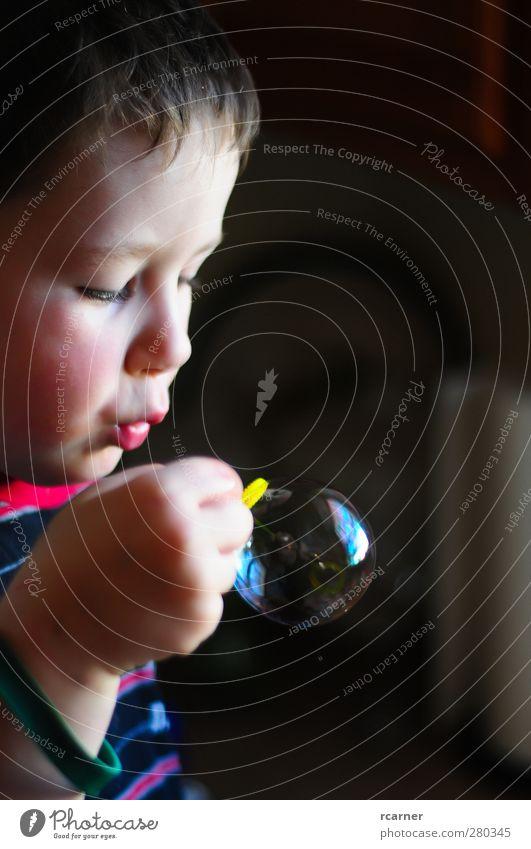 Lernen, Blasen zu blasen Kinderspiel Kopf Hand 1 Mensch 3-8 Jahre Kindheit anstrengen Farbfoto Innenaufnahme Textfreiraum rechts Licht Schatten Kontrast