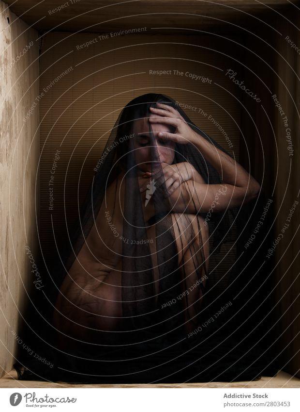 Sinnliches Modell unter dem Schleier, das in der Box sitzt. Frau Imkerschleier nackt genießen Kasten Entwurf aufreizend geheimnisvoll Schachtel minimalistisch