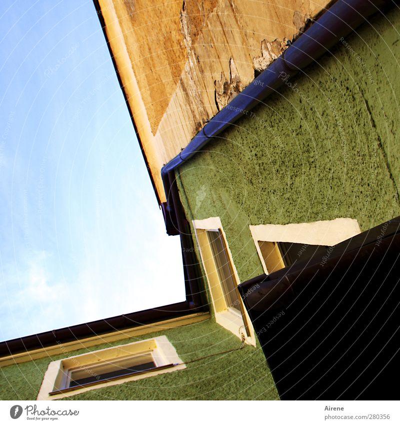 alles rinnet Stadt Stadtzentrum Altstadt Menschenleer Haus Gebäude Fassade Dachrinne alt dunkel blau braun grün Sicherheit Schutz Wasserrinne Abwasser Metall