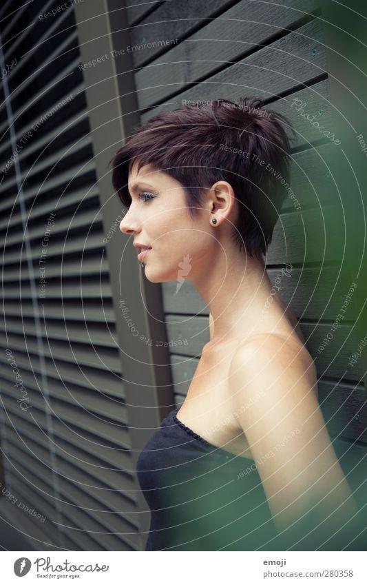 Profil feminin Junge Frau Jugendliche 1 Mensch 18-30 Jahre Erwachsene brünett kurzhaarig schön dünn Farbfoto Außenaufnahme Tag Schwache Tiefenschärfe Oberkörper