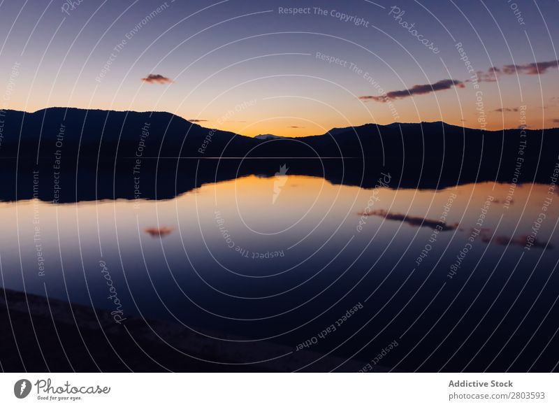 Sonnenuntergang Himmel über Bergen und ruhigem Wasser Berge u. Gebirge Reflexion & Spiegelung Abend Landschaft Natur Düne Reichweite Wolken Abenddämmerung