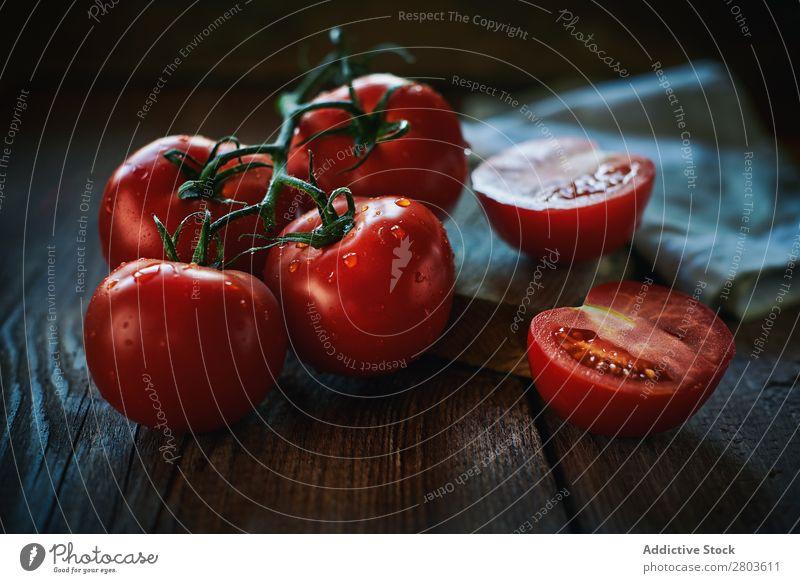 Frische Tomaten auf Holztisch Tisch frisch nass Serviette Haufen Gesundheit rot Lebensmittel Gemüse organisch reif Zutaten Vegane Ernährung Hälfte geschnitten