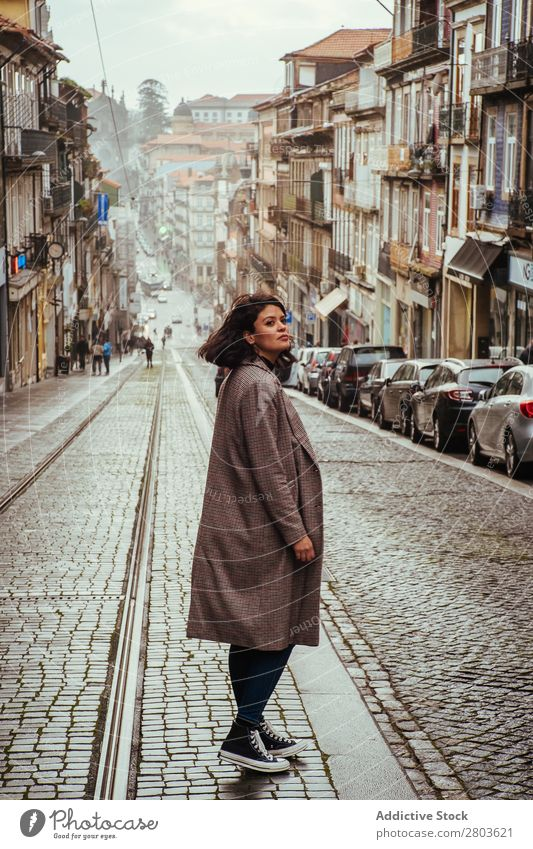 Trendige Frau auf der Old City Street Großstadt alt Straße Wegsehen Tourismus Porto