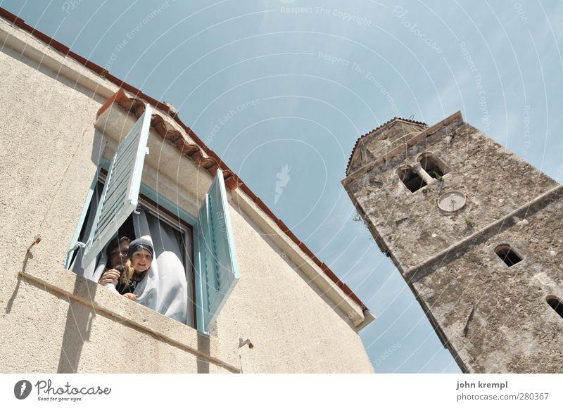 JJ, das Engerl Junge Junge Frau Jugendliche Geschwister Kindheit 2 Mensch 3-8 Jahre 18-30 Jahre Erwachsene Dorf Altstadt Kirche Bauwerk Gebäude Architektur