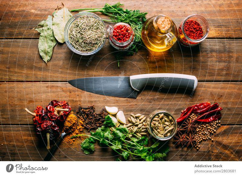 Gewürze und Öl am Messer Kräuter & Gewürze Erdöl Tisch Sortiment Küchenkräuter kochen & garen Essen zubereiten Zutaten Kulisse frisch Dill Petersilie Knoblauch