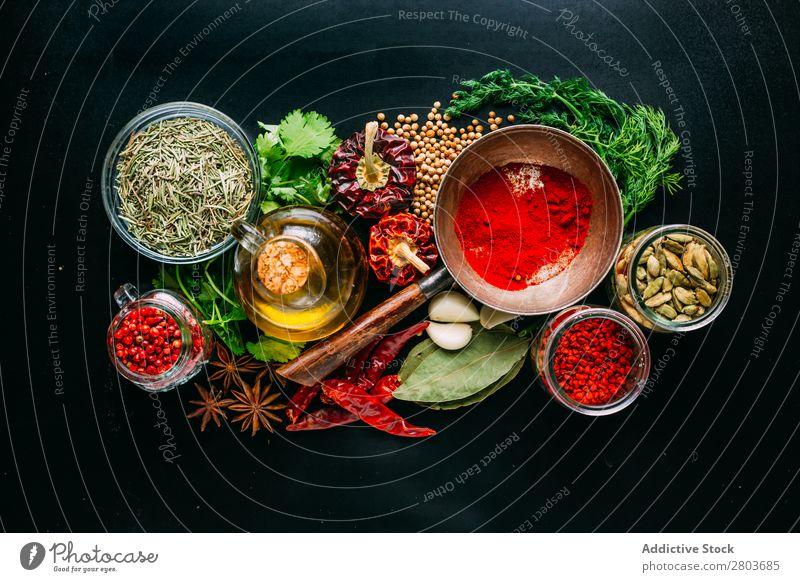 Verschiedene Gewürze in der Nähe von frischem Öl Kräuter & Gewürze Erdöl Sortiment Küchenkräuter kochen & garen Essen zubereiten Zutaten Kulisse Dill Petersilie