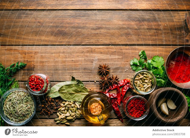 Gewürze und Öl auf dem Tisch Kräuter & Gewürze Erdöl Sortiment Küchenkräuter kochen & garen Essen zubereiten Zutaten Kulisse frisch Dill Petersilie Knoblauch
