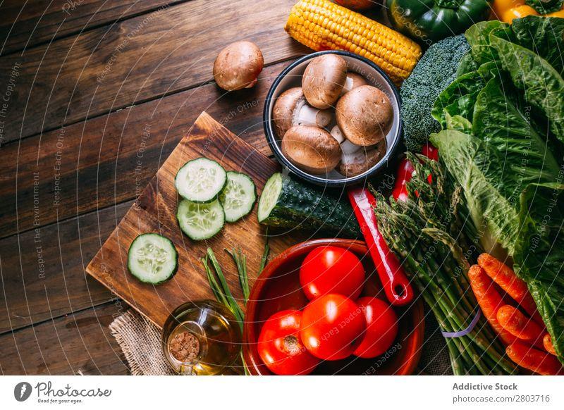 Gemüse und Geschirr auf dem Küchentisch frisch Vitamin flache Verlegung Erdöl Zusammensetzung vertikal Mais Zwiebel Zutaten Messer Pfeffer Vogelperspektive
