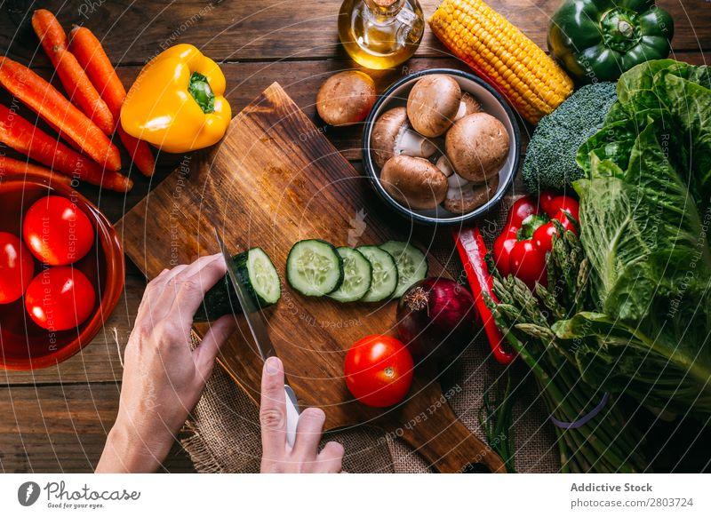 Gemüse und Geschirr auf dem Küchentisch frisch Vitamin flache Verlegung Erdöl Zusammensetzung Mais Zwiebel Zutaten Messer Pfeffer Vogelperspektive Lebensmittel