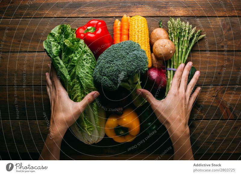 Gemüse und Geschirr auf dem Küchentisch Utensilien kochen & garen Tisch Leinen Sortiment frisch Lebensmittel Gesundheit organisch Vegane Ernährung Kopfsalat