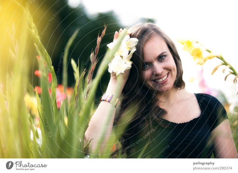flower power Mensch Junge Frau Jugendliche Erwachsene Leben 1 18-30 Jahre Umwelt Natur Landschaft Pflanze Himmel Frühling Sommer Schönes Wetter Blume Gras