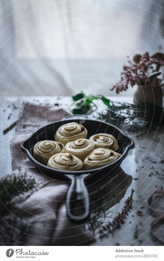 Frische Zimtbrötchen auf dem Tisch Serviette Pfanne Brötchen Lebensmittel Mahlzeit frisch rustikal Feinschmecker Tradition Essen zubereiten Backwaren Morgen