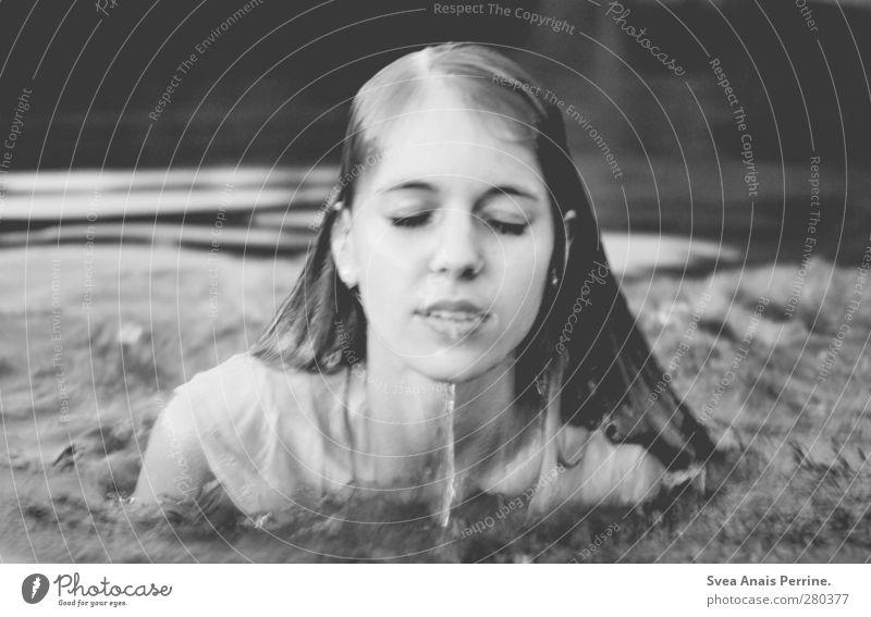 morgens. Mensch Natur Jugendliche Wasser Erwachsene Gesicht Umwelt dunkel kalt feminin Junge Frau Haare & Frisuren Traurigkeit See 18-30 Jahre Schwimmen & Baden