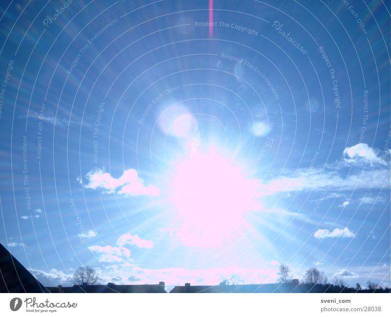 Independence Day - die Aliens kommen. Sonnenstrahlen Wolken Beleuchtung Lens Flare Reaktionen u. Effekte Blendenfleck Himmel blau