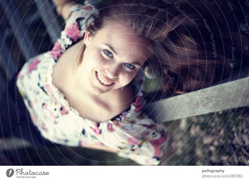 da steht die welt kopf Mensch Frau Jugendliche schön Freude Erwachsene feminin Leben Junge Frau Gefühle lachen Glück träumen 18-30 Jahre liegen Zufriedenheit