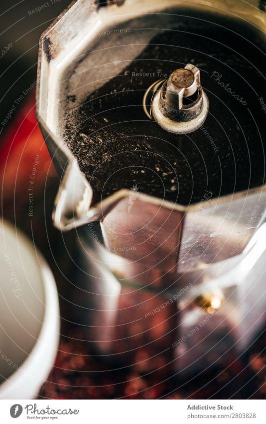 Frischer Kaffee in einem Kaffeemarker Bohnen Frühstück Tasse Milch Kaffeepause schwarz Buch Creme heiß Wasserdampf Antiquität Lebensmittel trinken Kaffeekanne