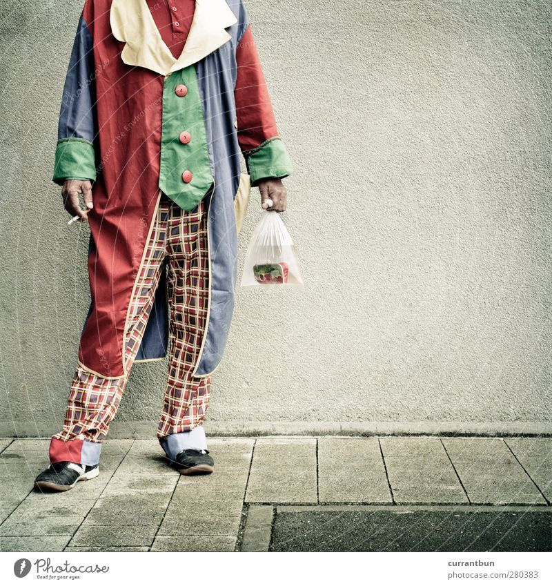 und lebend gehn wir nicht aus der welt. Mensch maskulin Mann Erwachsene 45-60 Jahre Zirkus Schuhe skurril Clown ölsardinen Zigarette Zirkusnummer Farbfoto